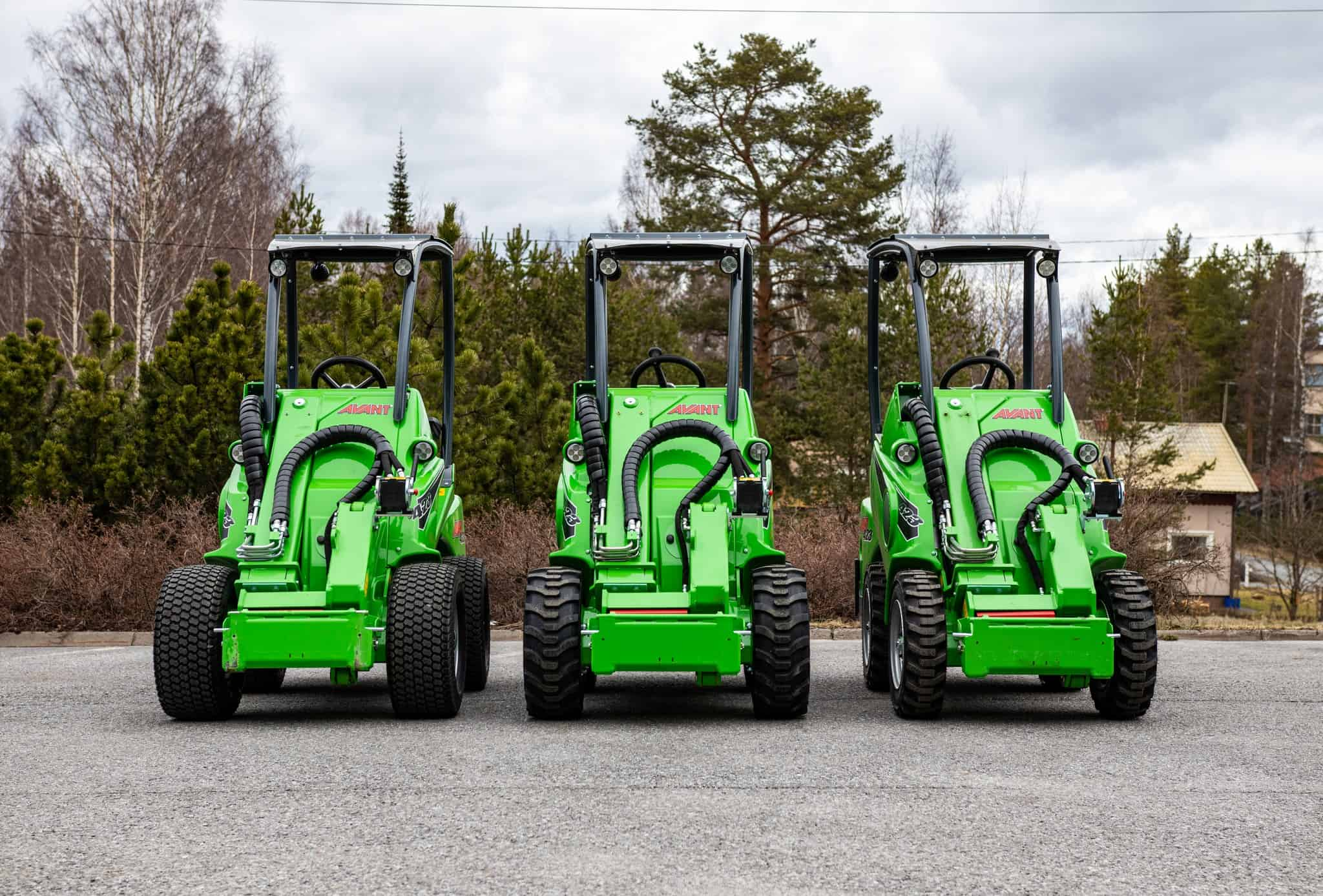 Open the door for the narrower Avant 423 compact loader